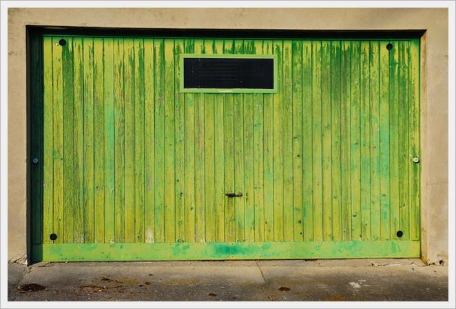 zielona drewniana brama garażowa